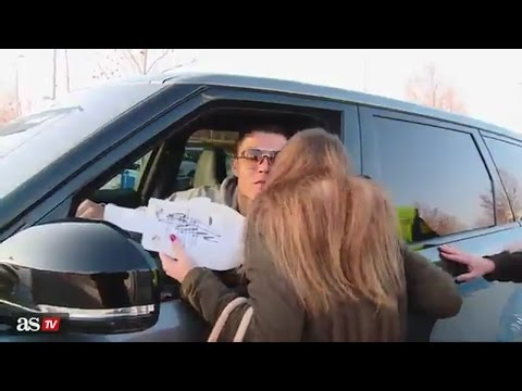 Cristiano Ronaldo Kiss Girl Fan After Real Madrid Training 25/01/2016