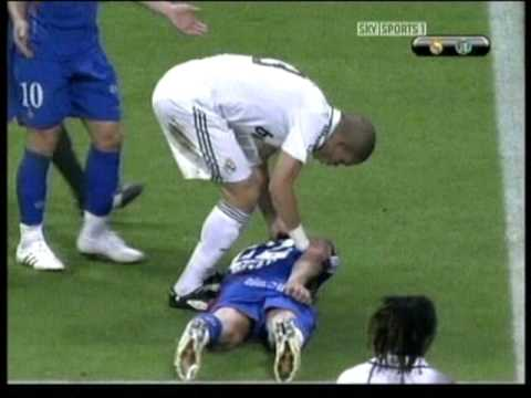 Pepe Real Madrid kicking out fighting on pitch and getting red card